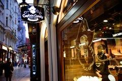 布拉格- 12月07 :糖果商店在一旅游stre的商店前面 免版税库存图片