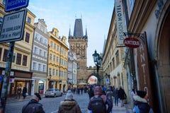 布拉格- 12月07 :走在一条繁忙的步行街道的人们 免版税库存图片