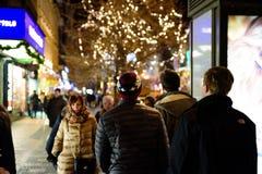 布拉格- 12月07 :走在是被点燃的w的街道上的人们 免版税图库摄影