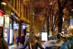 布拉格- 12月07 :走在是被点燃的w的街道上的人们 免版税库存图片