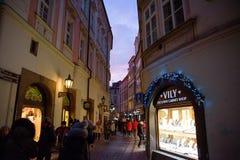 布拉格- 12月07 :走在有diffe的一个胡同的步行者 图库摄影