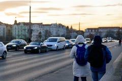 布拉格- 12月07 :走沿着一条街道的两个人与 库存图片
