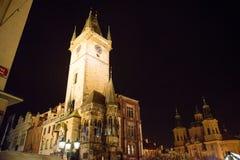 布拉格- 12月07 :钟楼在圣诞节, 201的晚上点燃了 免版税图库摄影