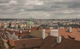布拉格-红色屋顶和黑暗的云彩 库存图片