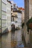 布拉格 cesky捷克krumlov中世纪老共和国城镇视图 在运河和老房子的桥梁 免版税图库摄影