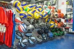 布拉索夫、斯洛伐克- 2017年10月, -许多篮球和运动器材在超级市场 免版税库存照片