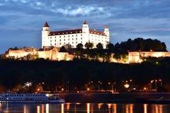布拉索夫城堡动态标志闪亮指示老被生动描述的最近被更新的上升的屋顶副天空斯洛伐克三对一起耸立传统视图挥动 库存照片