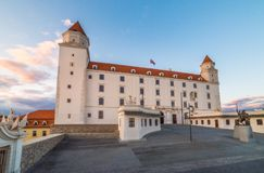 布拉索夫城堡动态标志闪亮指示老被生动描述的最近被更新的上升的屋顶副天空斯洛伐克三对一起耸立传统视图挥动 库存图片