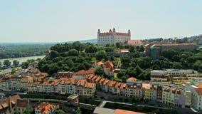 布拉索夫城堡和奥尔德敦,斯洛伐克欧洲鸟瞰图在夏天 影视素材