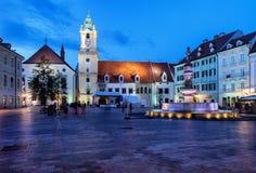 布拉索夫老镇主要集市广场在晚上 库存照片