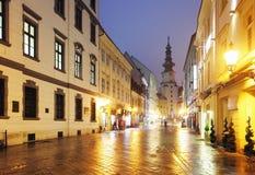 布拉索夫街道在晚上-迈克尔塔,斯洛伐克。 免版税库存图片