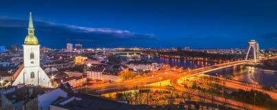 布拉索夫都市风景在晚上 免版税库存图片