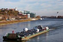 布拉索夫,斯洛伐克,第5 2010年11月:在河多瑙河的船运输 库存照片