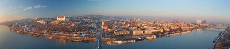 布拉索夫,斯洛伐克, 2017年12月- 1日:城市的全景地平线从SNP桥梁的在日落 库存照片