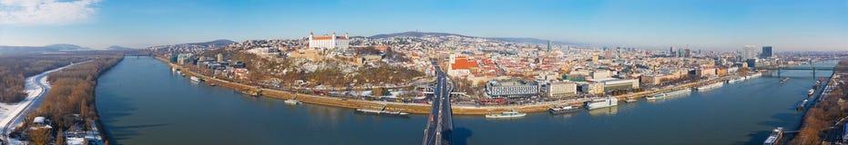 布拉索夫,斯洛伐克, 2017年12月- 1日:城市的全景地平线从SNP桥梁的 免版税库存图片