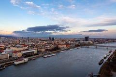 布拉索夫,斯洛伐克:多瑙河的空中全景和在日落的老市中心 免版税库存图片