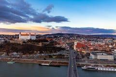 布拉索夫,斯洛伐克:老市中心的空中全景在日落的 免版税图库摄影