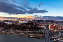 布拉索夫,斯洛伐克:老市中心的空中全景在日落的 图库摄影