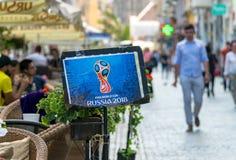 布拉索夫,罗马尼亚- 2018年6月19日:Rusia 2018年国际足球联合会黄木樨草在一个大阳台的杯海报在布拉索夫的中心 库存图片