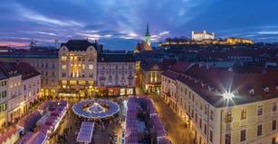 布拉索夫-在大广场的圣诞节市场晚上黄昏的 库存图片