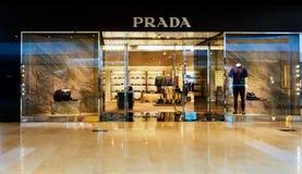 布拉达时尚商店商店窗口前面 免版税库存照片