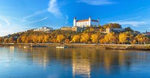 布拉索夫城堡、议会和多瑙河,斯洛伐克 库存图片