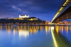 布拉索夫城堡、议会和新的桥梁在多瑙河在斯洛伐克,布拉索夫首都 库存图片