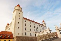 布拉索夫城堡动态标志闪亮指示老被生动描述的最近被更新的上升的屋顶副天空斯洛伐克三对一起耸立传统视图挥动 免版税图库摄影