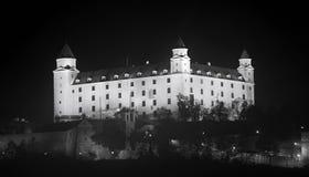 布拉索夫城堡动态标志闪亮指示老被生动描述的最近被更新的上升的屋顶副天空斯洛伐克三对一起耸立传统视图挥动 免版税库存照片