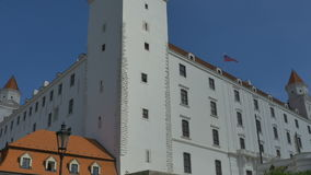 布拉索夫城堡动态标志闪亮指示老被生动描述的最近被更新的上升的屋顶副天空斯洛伐克三对一起耸立传统视图挥动 影视素材