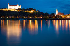 布拉索夫城堡和圣马丁的大教堂在晚上,斯洛伐克 库存图片