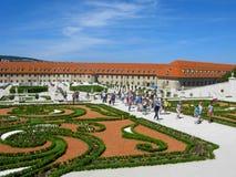 布拉索夫城堡和游人的公园 免版税库存图片