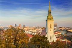布拉索夫市看法有圣马丁` s大教堂的,斯洛伐克 库存图片