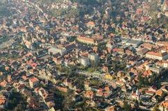 布拉索夫市鸟瞰图在喀尔巴阡山脉 库存照片