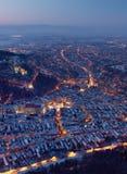 布拉索夫罗马尼亚从坦帕山美好的夜风景上面的夜视图城市在充分城市的光 免版税库存图片