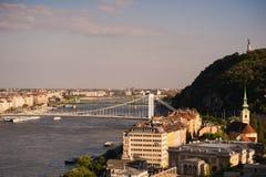 布拉索夫,斯洛伐克-在城市的全景在河 库存图片