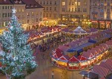 布拉索夫,斯洛伐克- 2016年11月28日:在大广场的圣诞节市场晚上黄昏的 免版税图库摄影