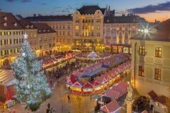布拉索夫,斯洛伐克- 2016年11月28日:在大广场的圣诞节市场晚上黄昏的 免版税库存照片