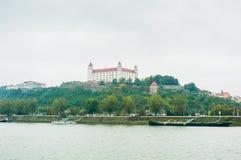 布拉索夫,斯洛伐克- 2015年10月16日:在的中世纪城堡喂 库存照片