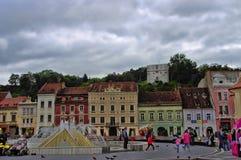 布拉索夫,罗马尼亚- 2014年6月18日:游人参观布拉索夫老镇6月18日的 镇是第7个最人口众多的城市在罗马尼亚, 库存图片