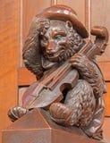 布拉索夫-与小提琴雕塑的熊从在长老会的管辖区的长凳在st. Matins大教堂里 库存图片