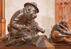 布拉索夫-与小提琴雕塑的猴子从在长老会的管辖区的长凳在st Matins大教堂里 库存照片
