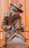 布拉索夫-与小提琴雕塑的猴子从在长老会的管辖区的长凳在st Matins大教堂里 图库摄影