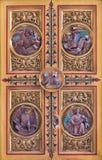 布拉索夫-四个福音传教士标志。从临时房屋的被雕刻的安心从19。分的主要法坛。在圣马丁大教堂里。 图库摄影