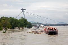 布拉索夫-多瑙河江边在高洪水的城市由最高的被测量的水 库存照片