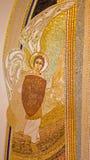布拉索夫-天使迈克尔马赛克在阴险的人设计的圣巴斯弟盎大教堂里MarÂko伊冯Rupnik (2011) 免版税图库摄影