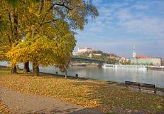布拉索夫-布拉索夫,斯洛伐克, 10月- 27日2016年:江边在秋天 库存图片
