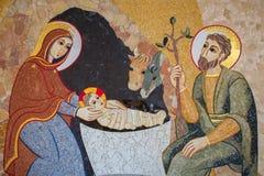 布拉索夫-诞生马赛克在阴险的人设计的圣巴斯弟盎大教堂的洗礼池的MarÂko伊冯Rupnik 库存图片