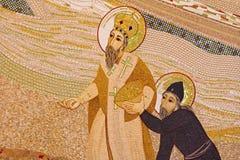 布拉索夫-马赛克在阴险的人设计的圣巴斯弟盎大教堂MarÂko有圣徒的西里尔和Methodius伊冯Rupnik (2011) 免版税库存图片