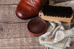 布料、蜡和刷子擦亮的鞋子的 库存图片